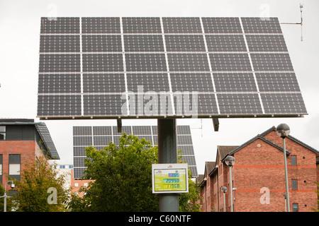 Tracking-solar-Photovoltaik-Panels auf dem Campus UCLAN, der University of central Lancashire, Preston, UK. - Stockfoto