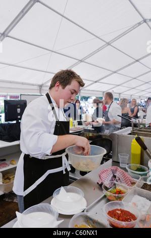 Küchenchef bereitet eine Mahlzeit in einem Zelt - Stockfoto