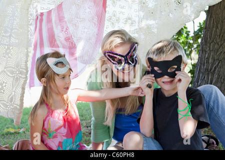Mutter und Kinder tragen Masken - Stockfoto