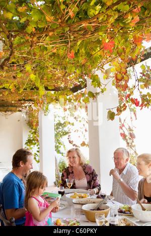 Familie Essen am Tisch im freien - Stockfoto