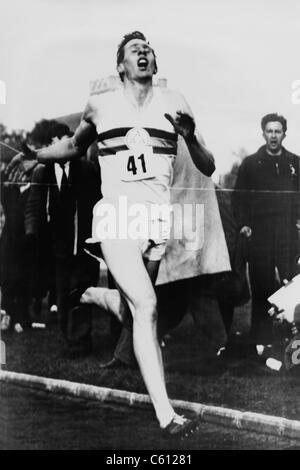 Roger Bannister die Ziellinie in drei Minuten und 59,4 Sekunden erreichen die Vierminute Meile, Oxford, England - Stockfoto