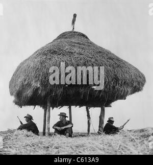 Franzose-Fremdenlegion Soldaten halten Ausschau für Viet Minh Kämpfer unter dem Schutz einer strohgedeckten Radio - Stockfoto