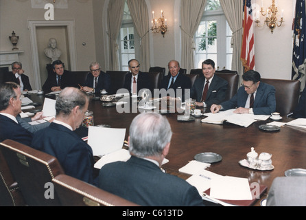 Präsident Reagan führt von einer Kabinettssitzung Überprüfung der Verwaltung vorgeschlagenen Rechtsvorschriften - Stockfoto
