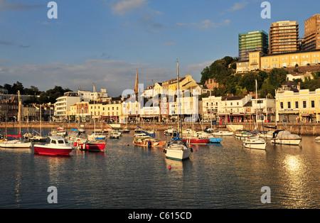 Bunte Fischerboote und Yachten im Hafen, Torquay, Devon, England, Vereinigtes Königreich, West-Europa. - Stockfoto