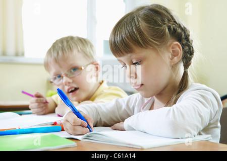 Porträt von intelligenten Schulkindern Zeichnung am Unterricht im Klassenzimmer - Stockfoto