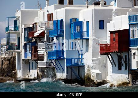 Mykonos, griechische Insel, Teil der Kykladen. Blick über Mykonos Stadt, die Altstadt und die Bucht. - Stockfoto