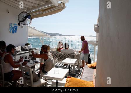 Mykonos, griechische Insel, Teil der Kykladen. Blick über Mykonos Stadt, die Altstadt und die Bucht. Bars und Cafés - Stockfoto