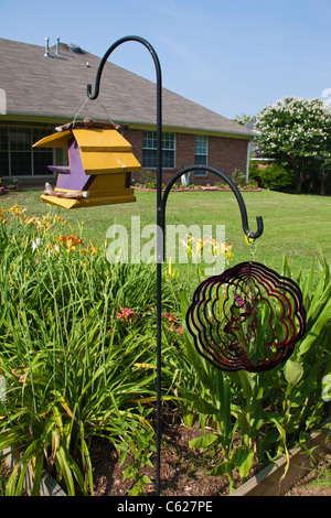 Vogelhaus im Blumen- und Gemüsegarten in Madison, MS. - Stockfoto