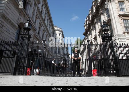 Bewaffnete Polizei Wache Eingang zur Downing Street, Westminster, London, England, Vereinigtes Königreich - Stockfoto