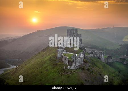 Sonnenaufgang am Corfe Castle in Dorset, England. - Stockfoto