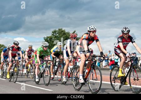 London Surrey Zyklus Classic Rennen geht über Kingston Bridge, London, UK, 14.08.2011 - Stockfoto