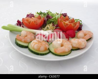 Garnelen-Salat auf einem weißen Teller - Stockfoto