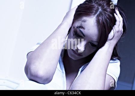 Frau saß mit Verletzungen von häuslicher Gewalt - Stockfoto