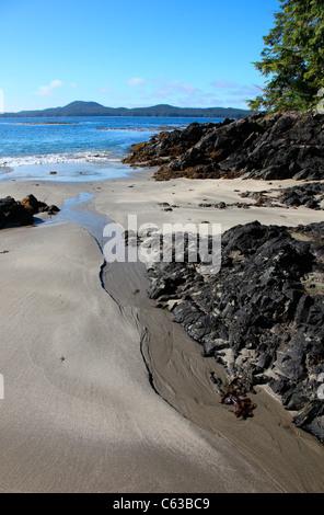 Frischwasser-Stream von Catface Berg in der Nähe von Tofino BC liefen zum Meer bei Ebbe an einem Sommertag - Stockfoto