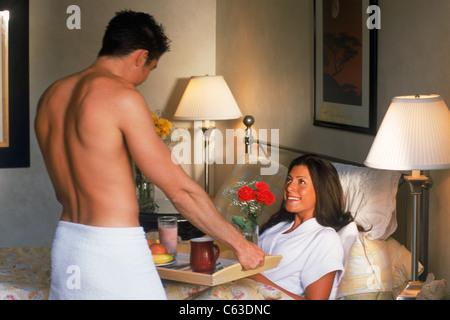 Mann Frau Frühstück im Bett - Stockfoto