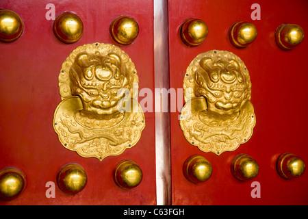 Dekorative Tür Griff / Griffe / Knopf / Knöpfe an Türen / Tor / Tore des Palastmuseums. Die Verbotene Stadt, Beijing. - Stockfoto