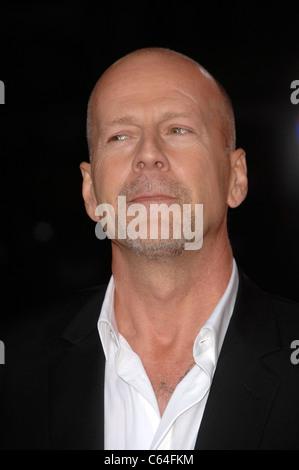 Bruce Willis im Ankunftsbereich für RED Premiere, Graumans Chinese Theatre, Los Angeles, CA 11. Oktober 2010. Foto - Stockfoto