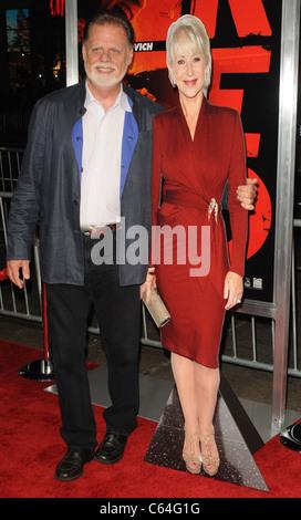 Taylor Hackford im Ankunftsbereich für RED Premiere, Graumans Chinese Theatre, Los Angeles, CA 11. Oktober 2010. - Stockfoto