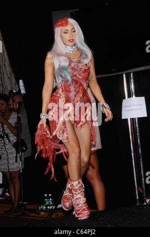 Lady Gaga (trägt ein Fleisch-Kleid und Schuhe von Franc Fernandez ...