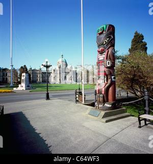 Victoria, BC, Vancouver Island, British Columbia, Kanada - Totempfahl Kwakwaka (Kwakiutl) und BC Parlamentsgebäude - Stockfoto