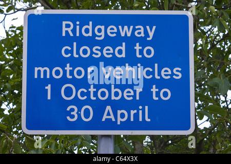Zeichen, die Alarmierung Track Benutzer, dass die Ridgeway Path für Kraftfahrzeuge in den Wintermonaten geschlossen - Stockfoto