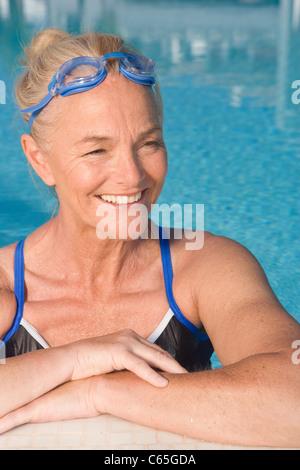 Reife Frau im Schwimmbad - Stockfoto