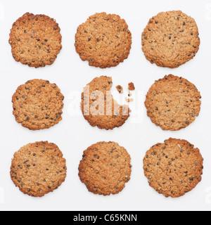 Hanf Samen Cookies. Hausgemachte Kekse mit Hanfsamen auf weißem Hintergrund