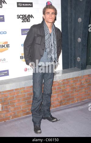 Paul Wesley im Ankunftsbereich für Spike TV SCREAM 2010, Greek Theatre, Los Angeles, CA 16. Oktober 2010. Foto von: - Stockfoto