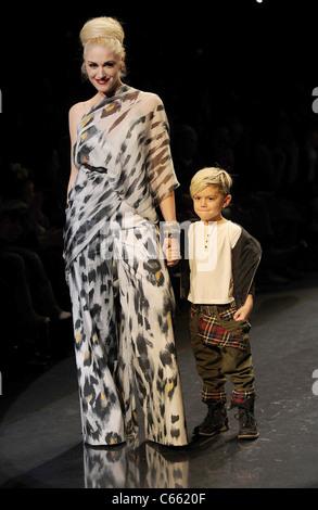 Gwen Stefani (trägt einen Overall L.A.M.B.), Kingston Rossdale für L.A.M.B. Herbst/Winter 2011 Kollektion Fashion - Stockfoto