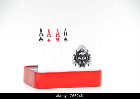 4 vier Asse in der roten Dose auf weißem Hintergrund - Stockfoto