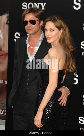 Angelina Jolie, Brad Pitt im Ankunftsbereich für SALT Premiere, Graumans Chinese Theatre, Los Angeles, CA 19. Juli - Stockfoto