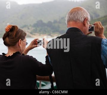 Ein älteres Paar, Menschen, Fotografieren mit Kompaktkameras. - Stockfoto