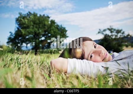 Lächelnde junge Gras Verlegung - Stockfoto