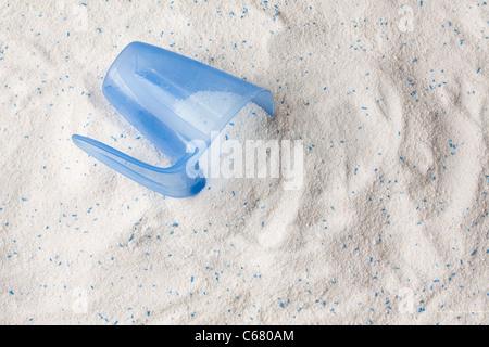 Waschpulver Waschmittel für Waschmaschine und Kunststoffschaufel für Dosierung.