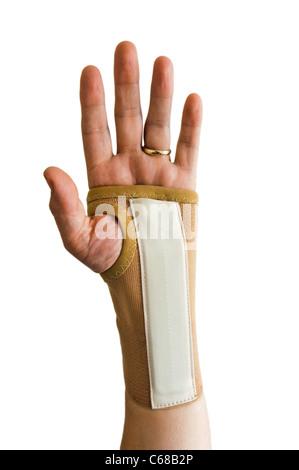 Mann mit Hand Schiene Handgelenk Schmerzen verursacht durch Karpaltunnelsyndrom zu reduzieren - Stockfoto