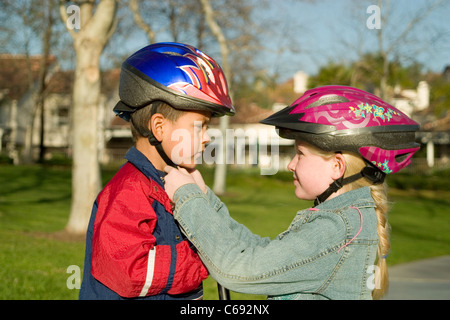 Diverse jugendliche Menschen Kind helfen, anderen hilfreich Hilfreich Mädchen 6-8 Jahre alten Befestigung am Helm - Stockfoto