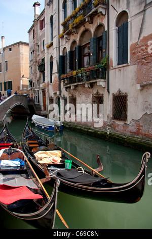 Zwei angedockten Gondeln in Venedig, Italien