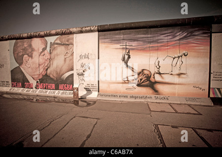 Übermalt Wandmalerei an der East Side Gallery, Berliner Mauer, Mauer, der Kuss, Berlin, Deutschland - Stockfoto