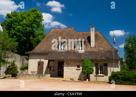 Rathaus in Frankreich Tourtoirac - Stockfoto
