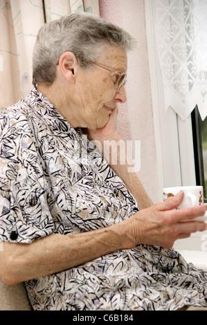 gefährdete ältere Frau auf der Suche nach & Gefühl besorgt - Stockfoto