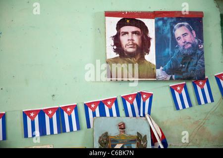 Kuba, Havanna. Führer der Revolution, Che Guevara und Fidel Castro. Wand-Dekoration in einem Geschäft.