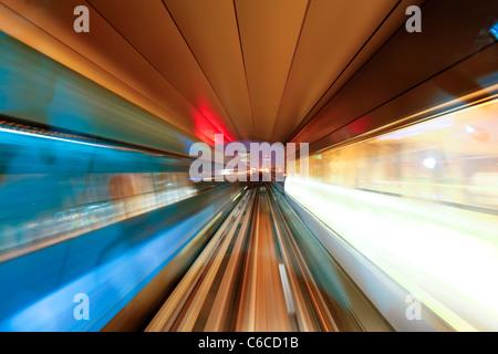 Eröffnet in 2010, Dubai Metro, MRT, in Bewegung, die Annäherung an eine Station, Dubai, Vereinigte Arabische Emirate - Stockfoto