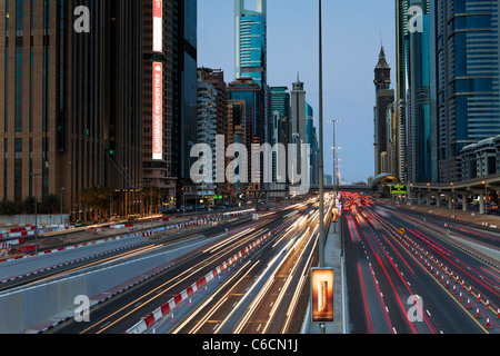 Vereinigte Arabische Emirate, Dubai, Sheikh Zayed Road, Verkehr und neue Hochhäuser entlang Dubais Hauptstraße - Stockfoto