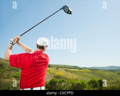 Kaukasische Golfer schwingenden Golfclub - Stockfoto
