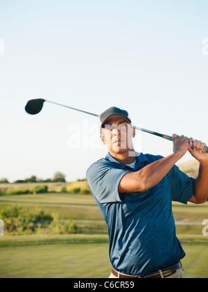 Schwarzen Golfer schwingenden Golfclub - Stockfoto