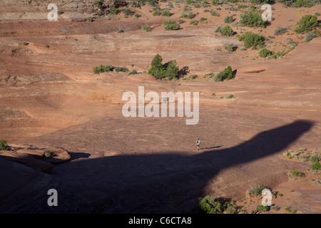 Moab, Utah - Wanderungen ein Mann durch den Schatten der Delicate Arch im Arches National Park. - Stockfoto