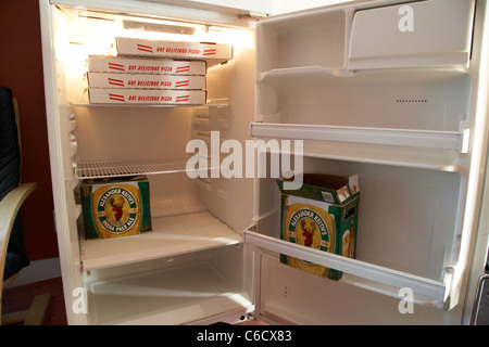 Kühlschrank Pizza Aldi : Eine pizza im kühlschrank stockfoto bild: 276055300 alamy