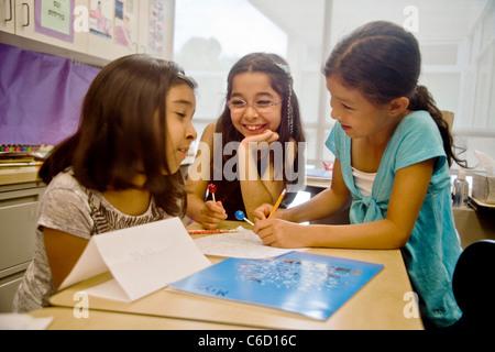 Drei junge orientalische amerikanischen Mädchen knüpfen in einer Sommer-Learning-Programm an der University of California - Stockfoto