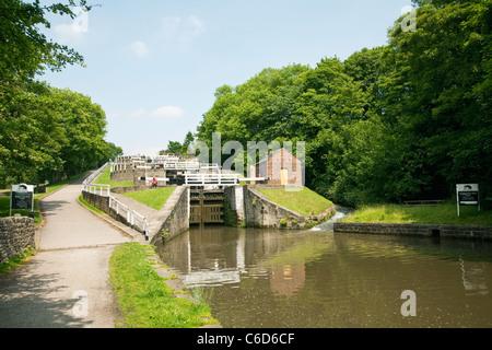 Bingley fünf Aufstieg Schlösser an der Leeds and Liverpool Canal. - Stockfoto