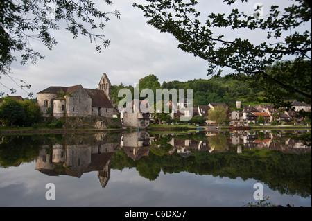 Beaulieu-Sur-Dordogne-Frankreich spiegelt sich im See - Stockfoto